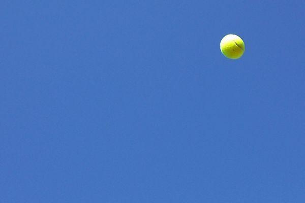 テニスボールと青空